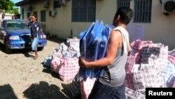 Nhân viên cứu hộ khiêng viện trợ để chở tới khu vực bị ảnh hưởng động đất và sóng thần ở Honiara, Quần đảo Solomon, ngày 7/2/2013.