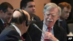 週二在秘魯利馬舉行的一次會議上,美國國家安全顧問約翰博爾頓(右)與美國商務部長羅斯交談。(2019年8月6日)