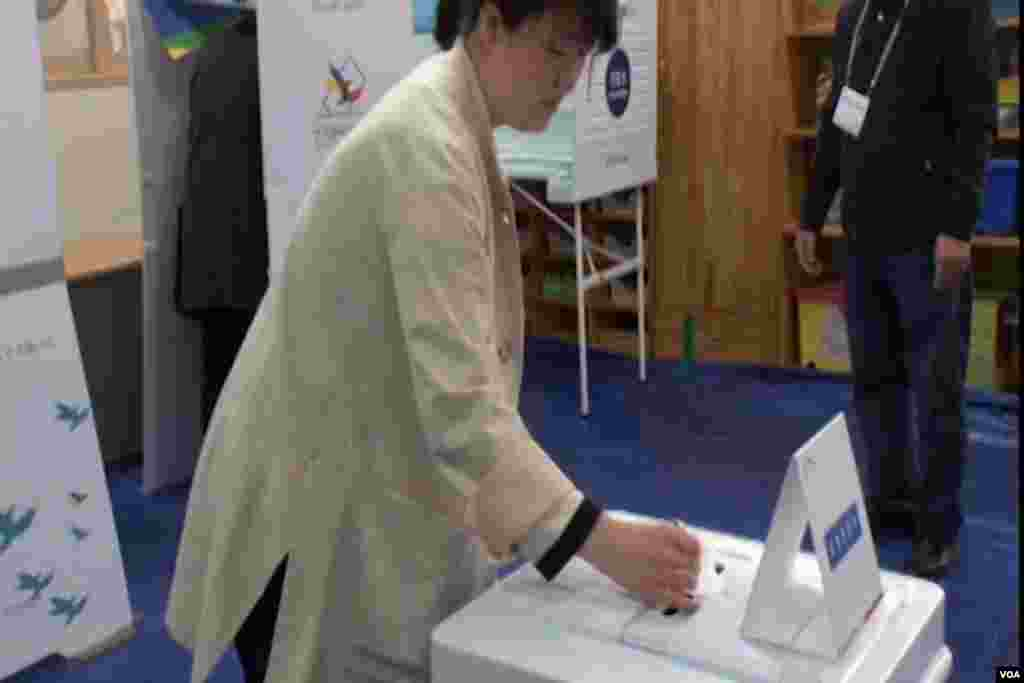 A South Korean woman casting her vote.