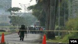 Polisi Indonesia mengamankan lokasi di mana ditemukan beberapa bahan peledak di Serpong, Jawa Barat (21/4).