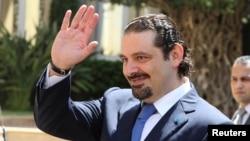 Le Premier ministre Saad al-Hariri fait des gestes à son arrivée au siège du gouvernement à Beyrouth, le 8 août 2014.