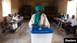 지난달 28일 아프리카 말리에서 대통령 선거가 실시 된 가운데, 한 남성이 투표 용지를 투표함에 넣고 있다.