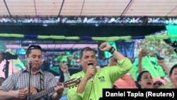 El expresidente ecuatoriano Rafael Correa canta a sus partidarios durante una convención de su partido en Ciudad Esmeraldas. Foto de archivo. REUTERS/Daniel Tapia