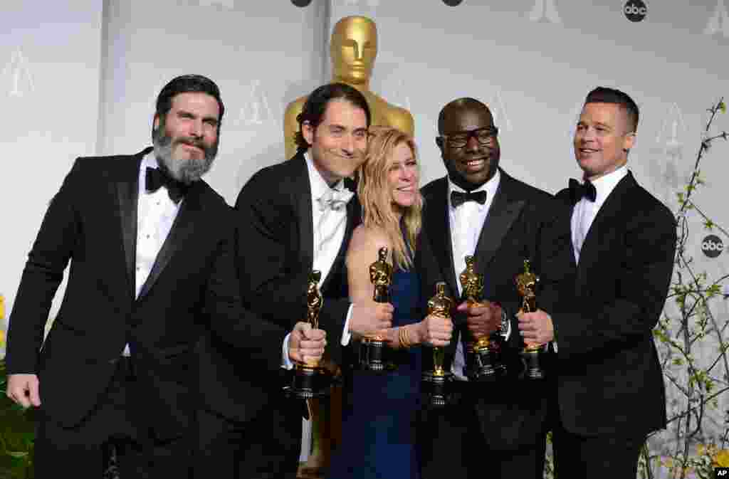 "Anthony Katagas, from left, Jeremy Kleiner, Dede Gardner, Steve McQueen, and Brad Pitt pose in the press room with the award for best picture of the year for ""12 Years a Slave"" during the Oscars."