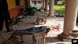 Cảnh sát liên bang đứng gần thi thể của những người bị nghi ngờ là những phần tử tội phạm ở Rancho del Sol, miền tây Mexico, thứ Sáu, 22/5/2015.