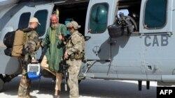 突襲中被營救出的人質薩克萊格(中)