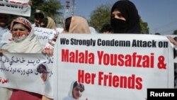 Mujeres del grupo pacifista Amin Tehrik se manifiestan para condenar el ataque a la niña estudiante Malala Yousufzai, en Peshawar, Paquistán.