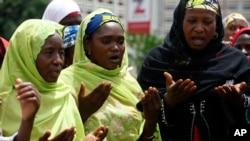 Phu nữ Hồi giáo cầu nguyện tại một cuộc họp kêu gọi chính phủ cứu các nữ sinh bị bắt cóc