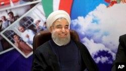 ប្រធានាធិបតីអ៊ីរ៉ង់លោក Hassan Rouhani ញញឹមនៅពេលដែលលោកបានចូលរួមក្នុងក្រសួងមហាផ្ទៃដើម្បីចុះឈ្មោះសម្រាប់បេក្ខភាពរបស់លោកសម្រាប់ការបៅឆ្នោតប្រធានាធិបតីថ្ងៃទិ១៩ ឧសភា ២០១៧។