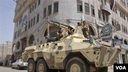 Militer Yaman siaga di ibukota Sana'a. Serangan jet militer di Yaman selatan keliru membom sebuah masjid (5/9).