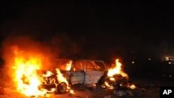 Sebuah mobil terbakar setelah ledakan di pinggiran ibukota Abuja, Nigeria Kamis malam (1/5).