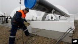 "Radnik proverava žice na gasovodu ""Južni tok"" pre zvanične ceremonije početka radova u blizini letovališta Anapa na obali Crnog mora"