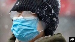 Vučić naveo je i da su uputili molbu dve kompanije u Srbiji koje proizvode zaštitnu opremu, maske, da ubrzaju svoju proizvodnju te robe, Foto: (AP Photo/Mark Schiefelbein)
