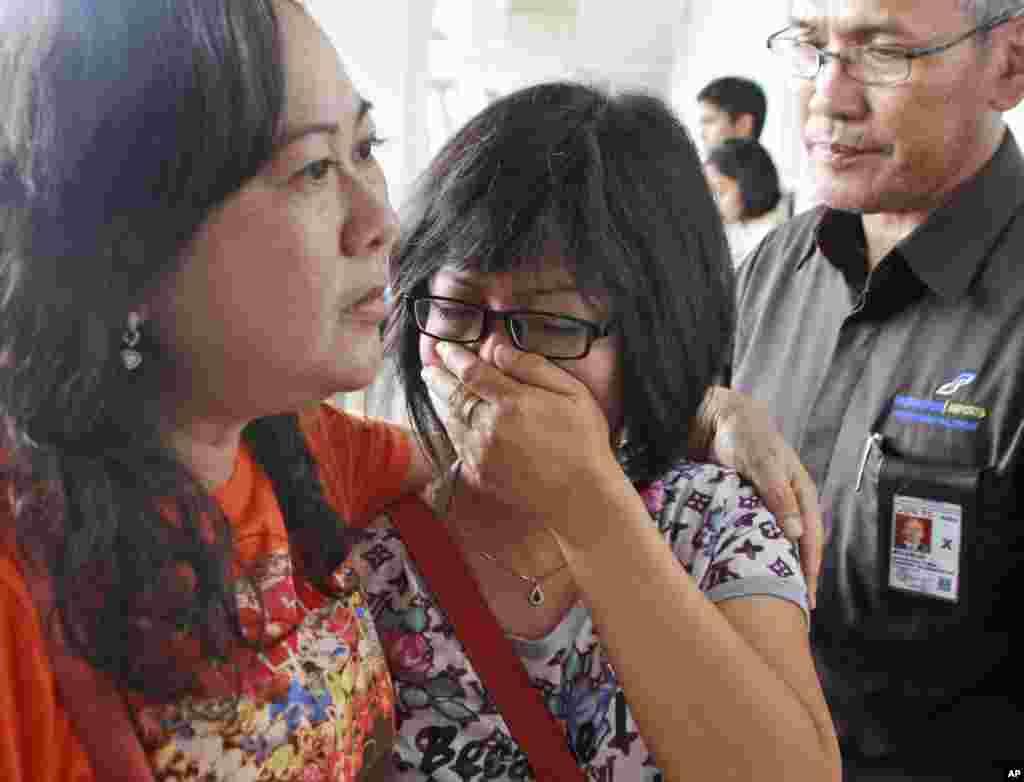 សាច់ញាតិម្នាក់នៃអ្នកដំណើរលើយន្តហោះ QZ8501 របស់ក្រុមហ៊ុនអាកាសចរណ៍ AirAsia កំពុងយំខណៈពេលដែលកំពុងរង់ចាំព័ត៌មានចុងក្រោយបង្អស់អំពីការបាត់យន្តហោះ នៅឯព្រលានយន្តហោះអន្តរជាតិ Juanda ក្នុងទីក្រុងស៊ូរ៉ាបាយ៉ា (Surabaya) ភាគខាងកើតកោះចាវ៉ា កាលពីថ្ងៃទី២៨ ខែធ្នូ ឆ្នាំ២០១៤។
