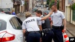 Polisi Perancis menutup akses ke lokasi serangan gereja di Normandy, Perancis Selasa (26/7).