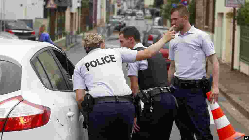 La police en discussion avec un conducteur lors de la prise d'otage en Normandie, France, le 26 juillet 2016.
