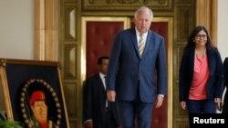 El embajador estadounidense Thomas Shannon sale del Palacio de Miraflores al terminar su reunión con el presidente Nicolás Maduro, el miércoles 22 de junio.