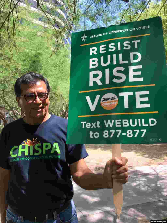 Manifestantes en Arizona protestan pacíficamente contra la construcción del muro propuesto por el presidente de Estados Unidos Donald Trump desde su campaña electoral en 2016.