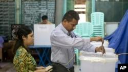 미얀마 총선거를 하루 앞둔 6일 양곤 투표소에서 유권자들이 사전 투표를 하고 있다.