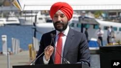Arhova - Navdip Bains, kanadski ministar inovacija, nauke i ravoja, govori 25. aprila 2018. u Lejk Junuonu, u Sijetlu, o uspostavljanju linije hidroaviona između Sijetla i Vankuvera, u Britanskoj Kolumbiji.