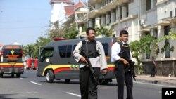 Petugas kepolisian berjaga menyusul serangan bom bunuh diri di Mapolrestabes Surabaya, di Surabaya, Jawa Timur, 14 Mei 2018.