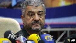 시리아문제에 대한 이란의 입장을 밝히는 기자회견을 개최하는 최정예혁명수비대의 무함마드 알리 자파리 총사령관