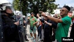 Demonstranti viču na policiju tokom protesta protiv ustoličenja mitropolita Joanikija, u Cetinju, Crna Gora, 4. septembra 2021. (Foto: Rojters, Stevo Vasiljević)