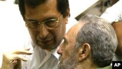 Adán Chávez con el expresidente Fidel Castro, en abril de 2004, cuando Chávez era embajador de Venezuela en La Habana.