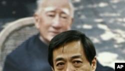 薄熙来2007年在其父薄一波的葬礼上(资料照片)