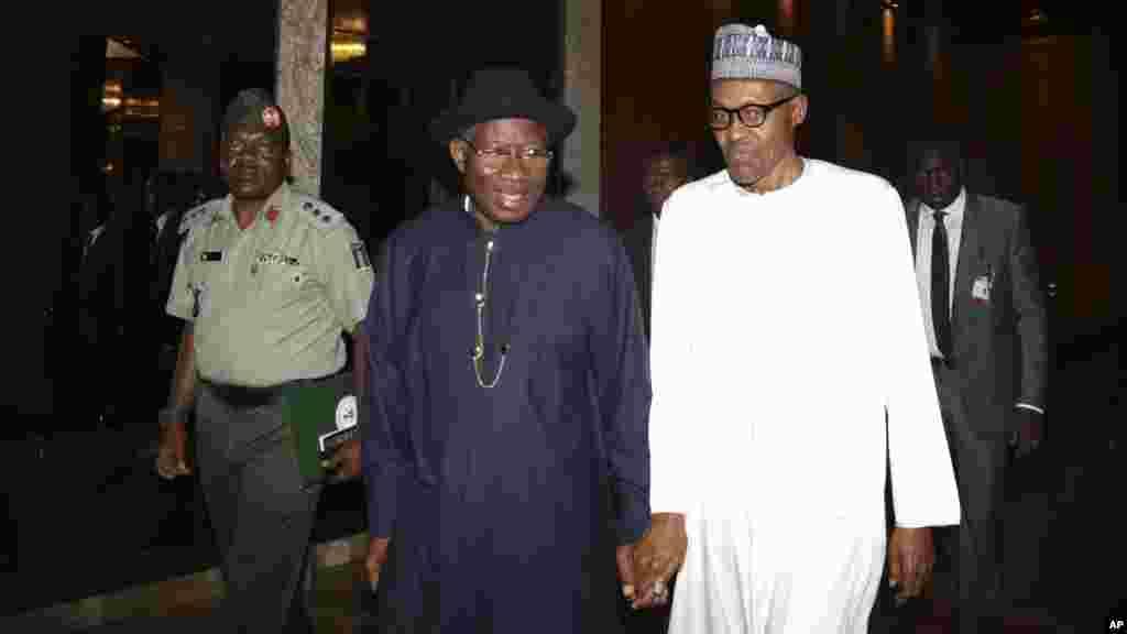 Goodluck Jonathan da Muhammadu Buhari a Abuja, Mayu 28, 2015.