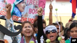 Protesters from Boeung Kak lake, who were allegedly evicted from their homes without adequate compensation, holding a banner printed with a portrait of detained Yoam Bopha, demand her release in front of the Justice Ministry in Phnom Penh, file photo.