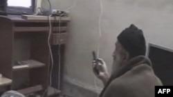 Осама бін Ладен переглядає телевійзійну програму про себе