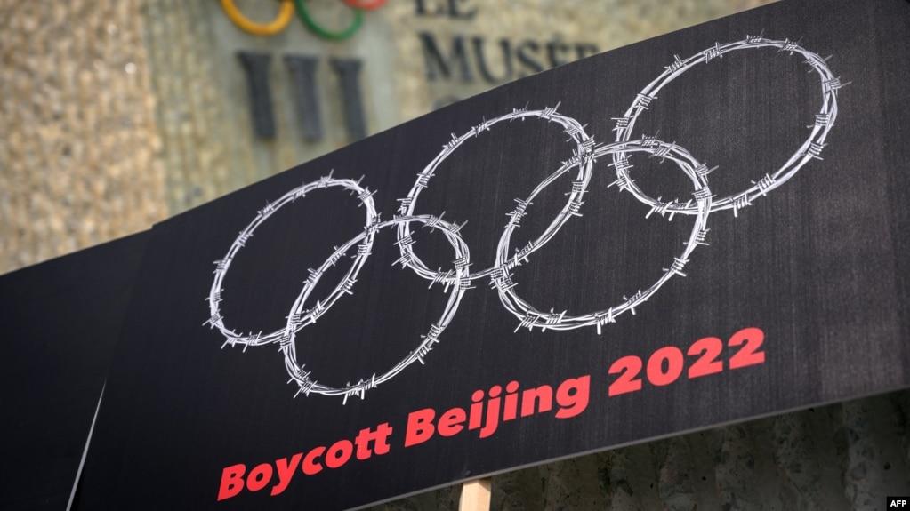 西藏新疆活动人士在洛桑用铁丝网编织奥运圆环抗议中国2022年主办北京冬奥会。(2021年6月23日)