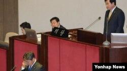 더불어민주당 강기정 의원이 25일 밤 테러방지법 저지를 위해 무제한 토론 중, 사회를 본 이석현 국회부의장의 격려 발언을 듣고 눈물을 흘리고 있다.