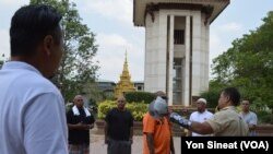Borby Orn tells new deportees about the killing field site at Wat Snguon Pich pagoda in Cambodia.