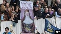 Hàng nghìn tín đồ đã tham dự lễ phong thánh cho Mẹ Mary MacKillop tại quảng trường St. Peter.