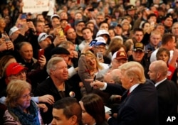 美国共和党总统参选人川普在艾奥华州发表讲话后,受到听众欢迎(2016年1月9日)
