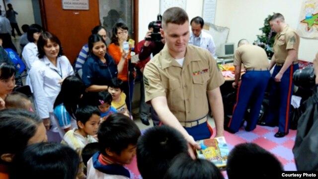 Binh sĩ TQLC Mỹ trao quà cho trẻ em Việt Nam (Ảnh: Ðại sứ quán Hoa Kỳ)
