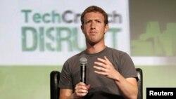 El joven Mark Zuckerberg, de 28 años, que controla más de la mitad de las acciones con derecho a voto en Facebook, que ya cuenta con alrededor de 1.000 millones de usuarios.