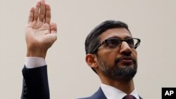 El director general de Google, Sundar Pichai, hace un juramento antes de testificar ante el Comité Judicial de la Cámara de Representantes.
