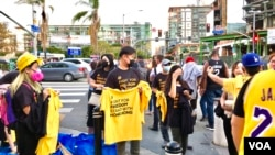 10月22号晚上,在洛杉矶市斯台普斯中心外,支持香港的志愿者聚集起来支持香港,向路人免费发放T恤衫。(美国之音雨舟)