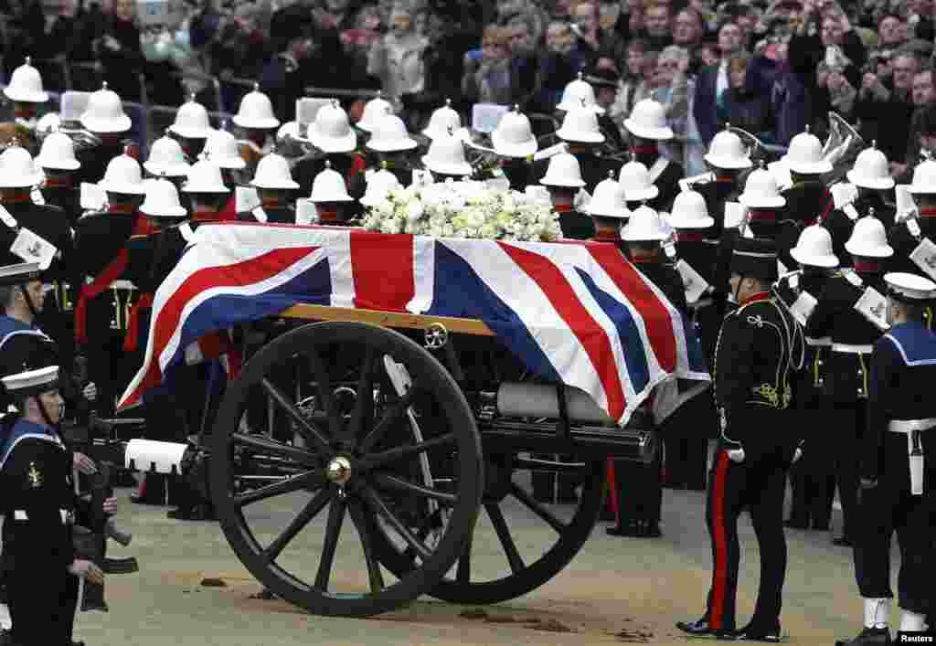 Linh cữu của cựu Thủ tướng Thatcher đặt trên xe kéo pháo, được những con ngựa thuộc Pháo binh Hoàng Gia kéo đến làm lễ tại Nhà thờ Thánh Phao-lô.