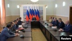 블라디미르 푸틴(가운데) 러시아 대통령이 19일 크림반도를 방문해 안보회의를 주재하고 있다.