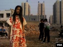 2013年9月23号无家可归的李焕君因为穿了这件申冤的衣服而被拘留7天
