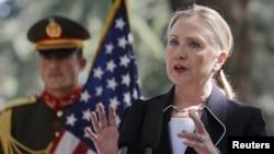 7일 아프가니스탄 카불에서 기자회견 중인 힐러리 클린턴 미 국무장관(오른쪽).