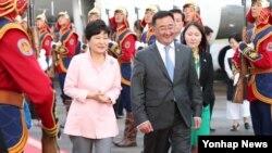 박근혜 한국 대통령이 아시아·유럽 정상회의(ASEM)에 참석 차 14일 밤 몽골 울란바토르 칭기즈칸 국제공항에 도착, 환영인사와 함께 밖으로 이동하고 있다.