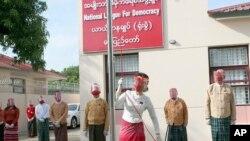 ႏိုဝင္ဘာလ အေထြေထြ ေ႐ြးေကာက္ပြဲအတြက္ အမ်ဳိးသားဒီမိုကေရစီအဖြဲ႔ခ်ဳပ္ (NLD) ပါတီရဲ႕ စည္းရံုးေရး ပထမေန႔မွာ ပါတီအလံကို လႊင့္ထူေနတဲ့ ႏိုင္ငံေတာ္အတိုင္ပင္ခံပုဂၢိဳလ္ ေဒၚေအာင္ဆန္းစုၾကည္ကို ေနျပည္ေတာ္ရွိ NLD ရံုးမွာေတြ႔ရ။ (စက္တင္ဘာ ၈၊ ၂၀၂၀)