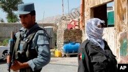 Cảnh sát Afghanistan canh gác tại một chốt kiểm soát trong vùng ngoại ô của tỉnh Kandahar, phía nam thủ đô Kabul.