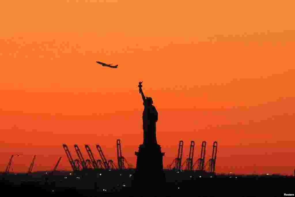 គេមើលឃើញយន្តហោះមួយហោះចេញដំណើរនៅក្នុងរដ្ឋ New Jersey នៅពីក្រោយរូបសំណាក់សេរីភាពនៅកំពង់ផែញូវយ៉ក កាលពីថ្ងៃទី២០ ខែកុម្ភៈ ឆ្នាំ២០១៦។ នេះជាទិដ្ឋភាពដែលគេមើលឃើញពីសង្កាត់ Brooklyn។