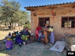 Bakhulumisana ngokuqedisa ukwakha ikilinika yeSomnene esabelweni seMatabeleland South. (Photo: Ezra Tshisa Sibanda)